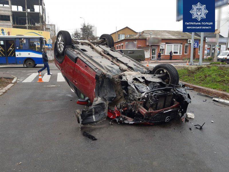 """У центрі міста в ДТП потрапило одразу 4 автівки: одна перекинулася """"догори колесами"""""""
