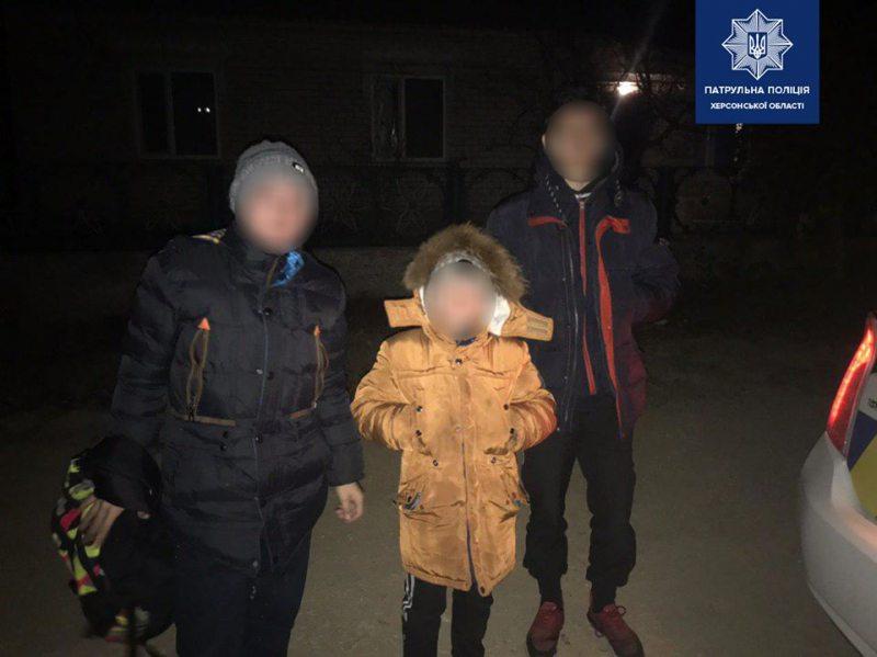 Патрульна поліція зупинила трьох підлітків з Чорнобаївки, які посерд ночі йшли у напрямку автовокзала
