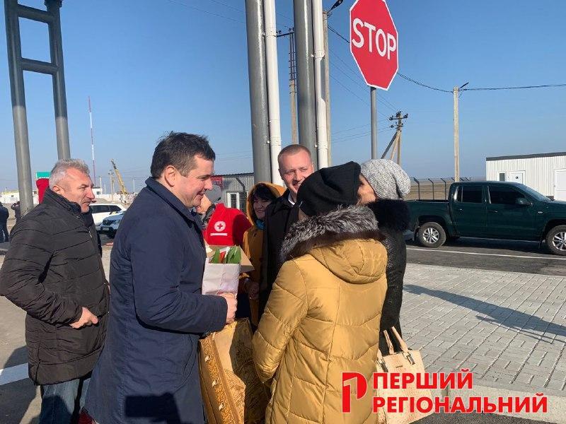 Губернатору Гусеву подарили гуся с белым кремом и тремя людьми - поздравили с юбилеем
