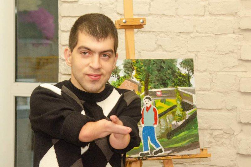 Как херсонский художник без рук рисует удивительные картины