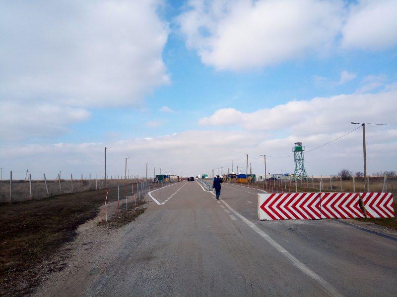 """КПВВ """"Каланчак"""" на адмінмежі з окупованим Кримом тимчасово призупинив пропуск громадян: що сталося"""