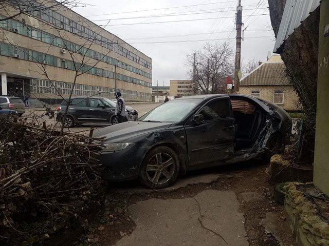 В Херсоне в результате ДТП автомобиль чуть не врезался в жилой дом