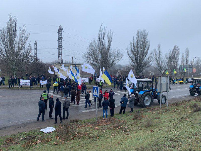 Херсонські фермери перекрили трасу біля Каховської ГЕС