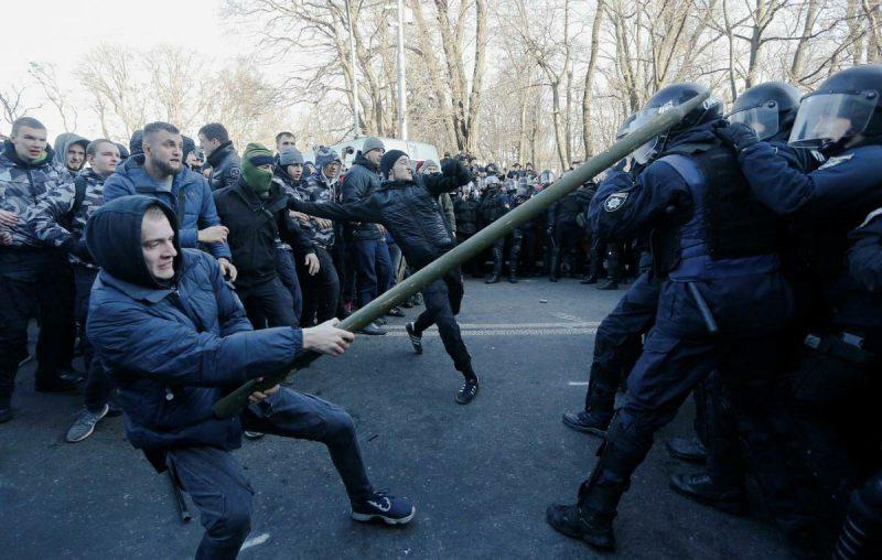 Сутички під Верховною Радою: поліція знесла намети протестувальників
