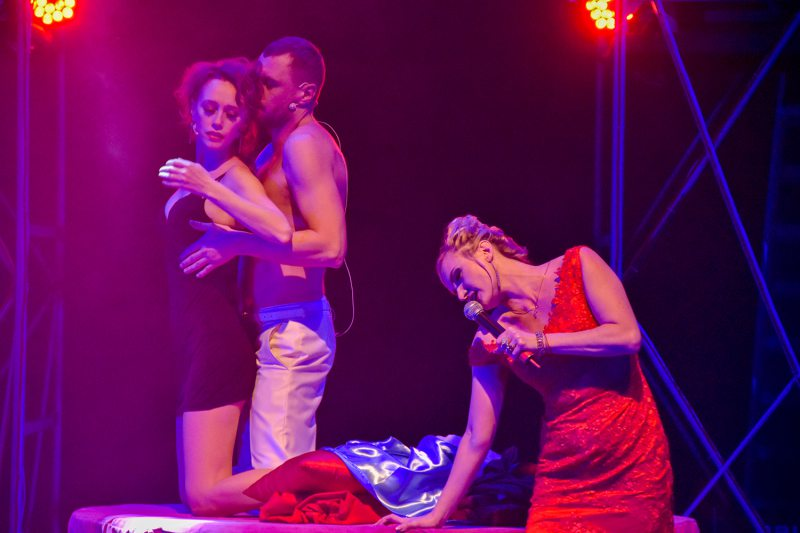 Песни, эротика и «доллары»: Херсонский драмтеатр представил новогодний мюзикл