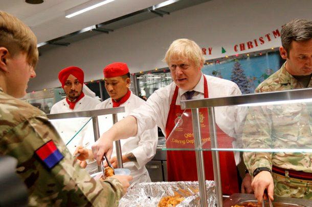 Борис Джонсон роздавав індичку британським військовим в Естонії