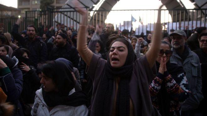 """""""Не пробачимо"""". Іранська молодь побилася з силовиками через збитий літак МАУ"""