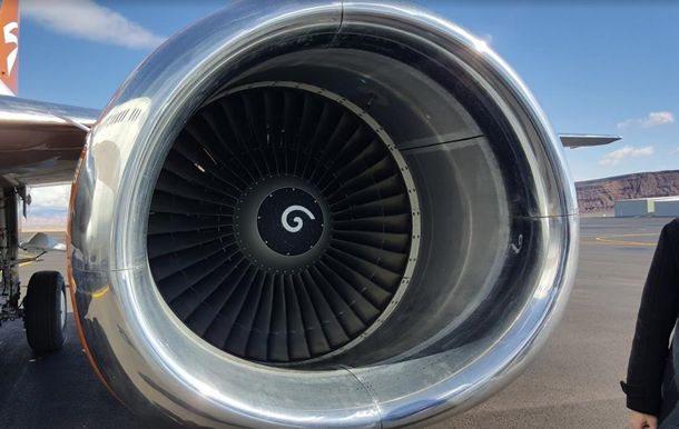 Чоловік кидав монети у двигун літака – на щастя