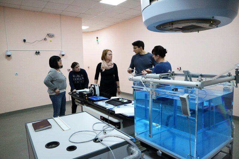 У Херсонському онкодиспансері зібрали лінійний прискорювач Unique