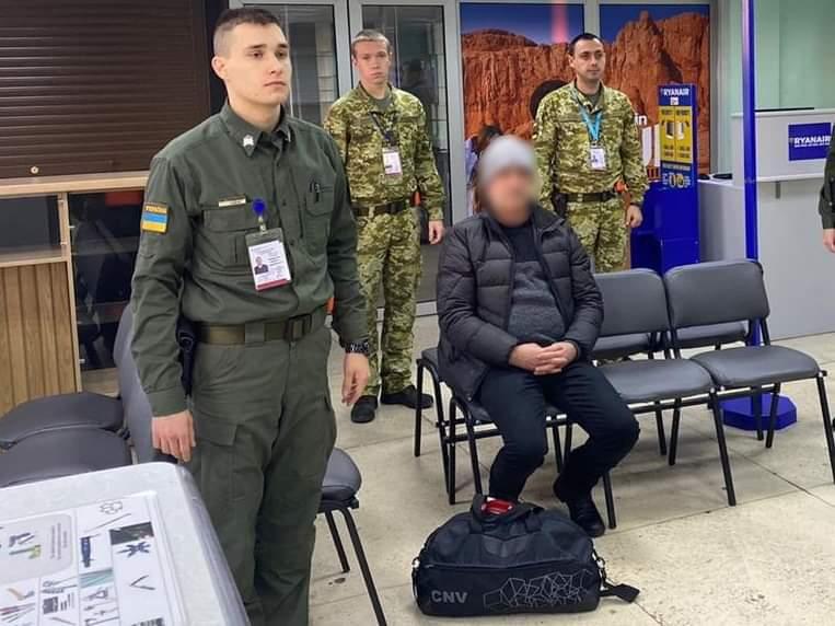 В Херсонському аеропорту прикордонники виявили іноземця, якого розшукував Інтерпол