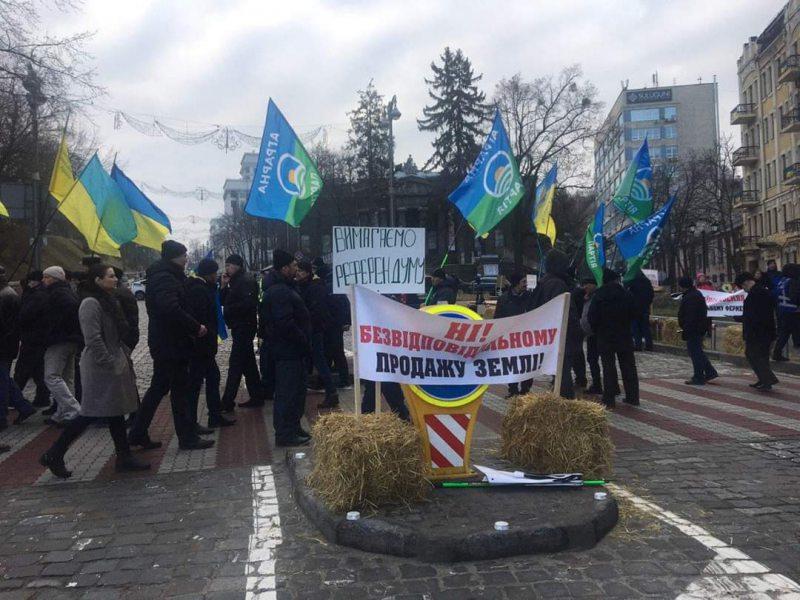 У Києві учасники акції протесту проти відкриття ринку землі перекрили рух на кількох центральних вулицях