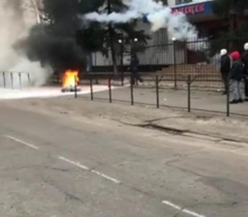 В Каховке возле райотдела полиции жгут шины