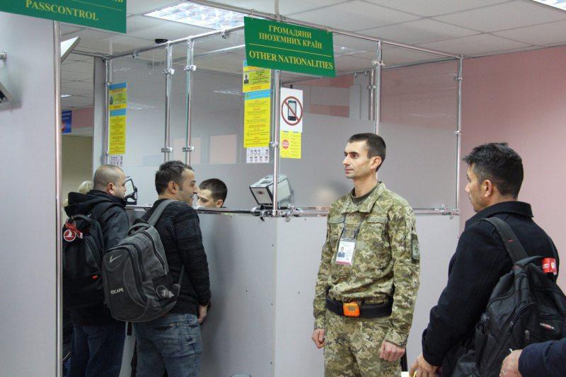 В аеропорту «Херсон» прикордонники виявили іноземку, яка незаконно відвідувала Крим
