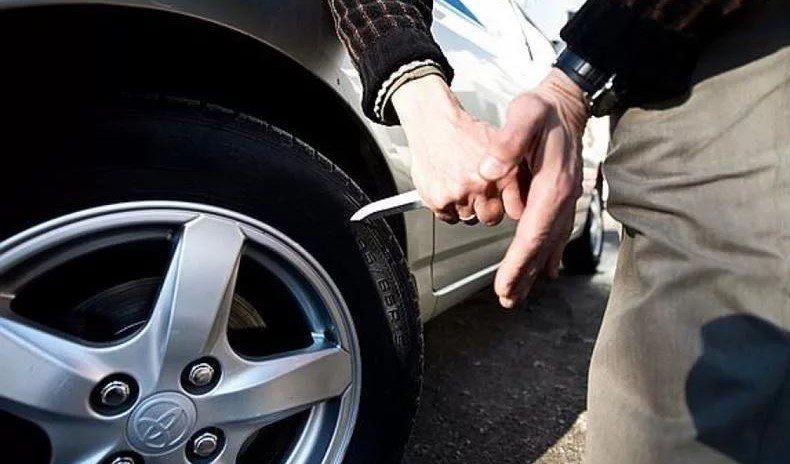 Автомобілі співробітників обленерго пошкодили невідомі особи