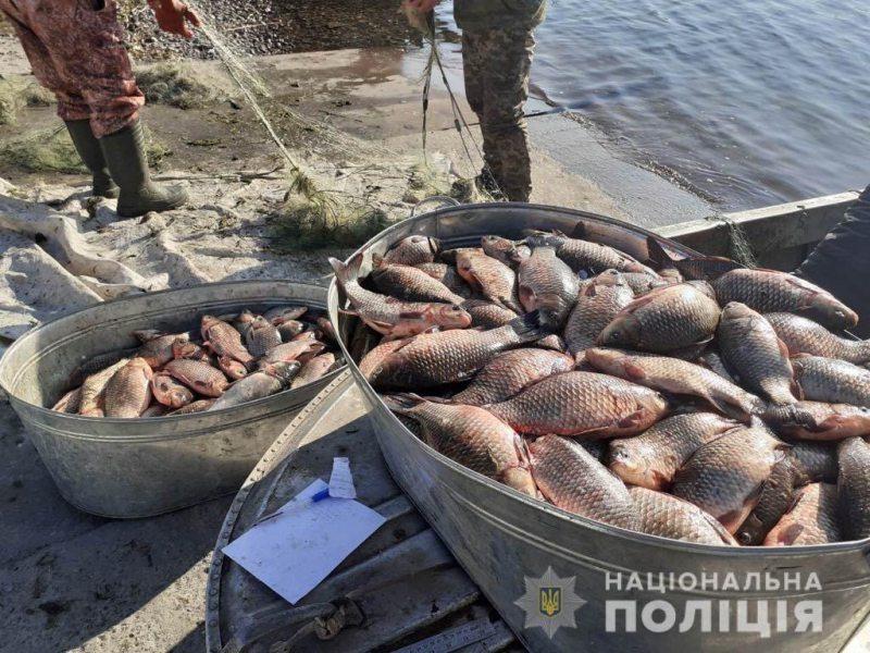 На Херсонщині водні поліцейські повернули живими у воду 400 зловлених браконьєрами карасів