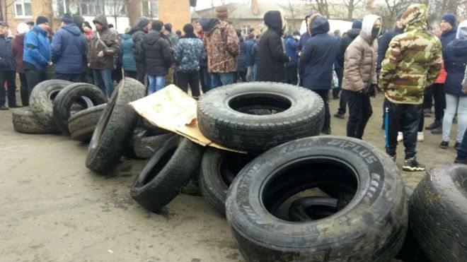 У Нових Санжарах тривають протести через евакуацію з Китаю