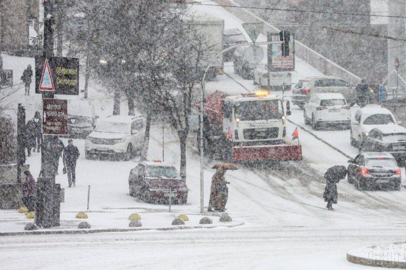 В Украине спасатели просят водителей в ближайшие дни не выезжать из городов
