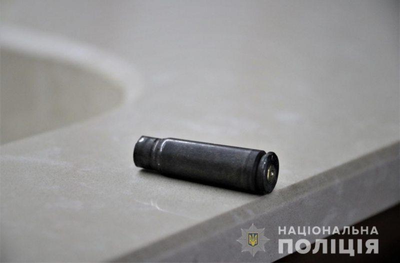 У Херсоні невідомий з автомата обстріляв магазин