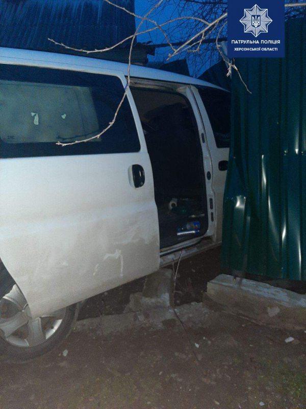 У Херсоні п'яний водій врізався в авто та протаранив паркан