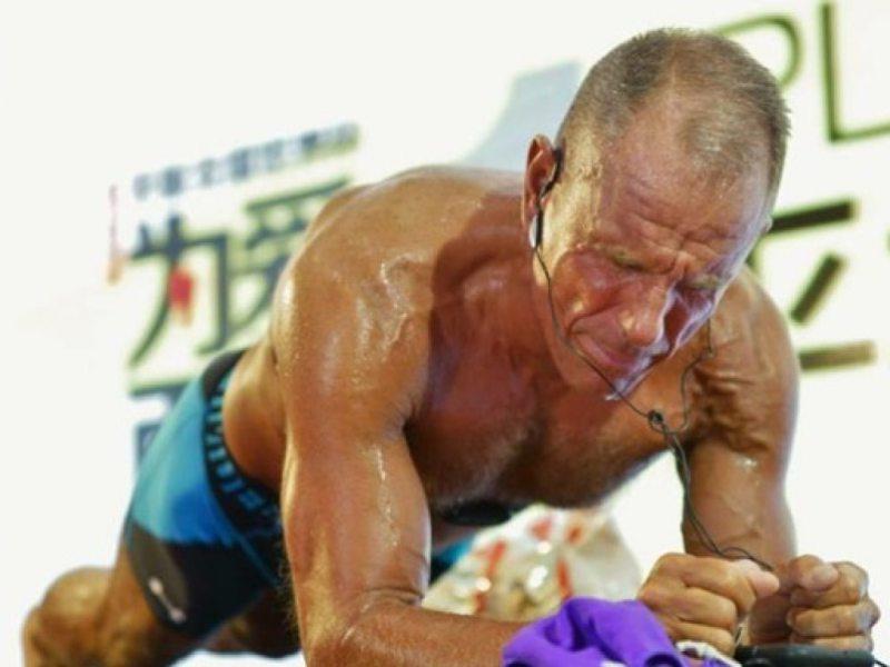 62-летний американец простоял 8 часов в планке