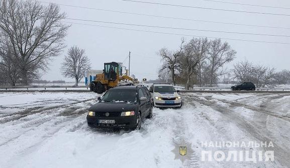 На Херсонщині поліція допомагає водіям вибратися зі снігових заметів