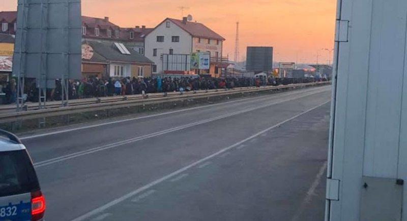 Тисячі українців скупчилися на кордонах Польщі, щоб потрапити до України