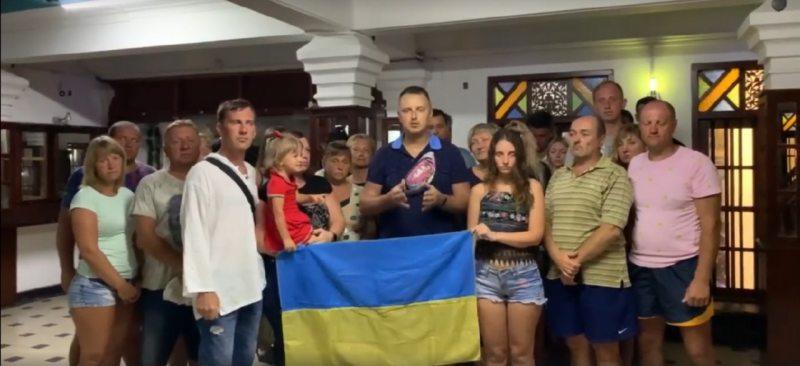 Херсонка разом з українськими туристами звернулася до Зеленського зі Шрі-Ланки