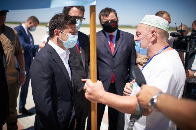 В аеропорту «Херсон» президента зустріли з кримськотатарським прапором