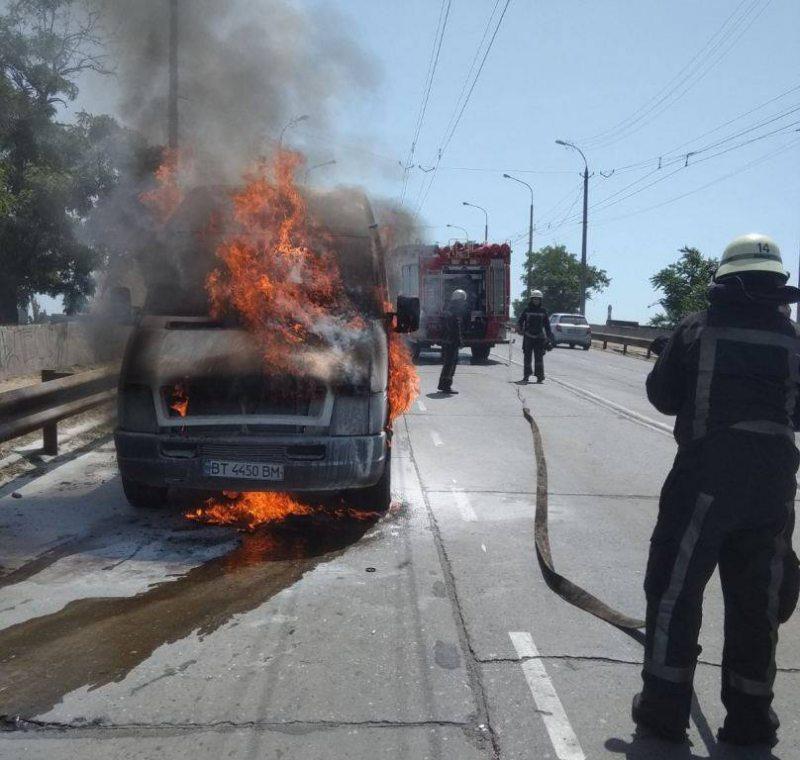 Херсонський патрульний допоміг загасити палаючий на мосту автомобіль