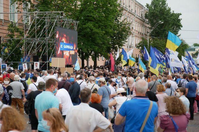 Під Печерським судом зібралися тисячі людей на підтримку Порошенка