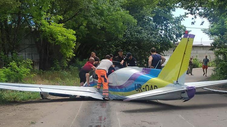 В Одесі біля гіпермаркету впав літак: одна людина загинула