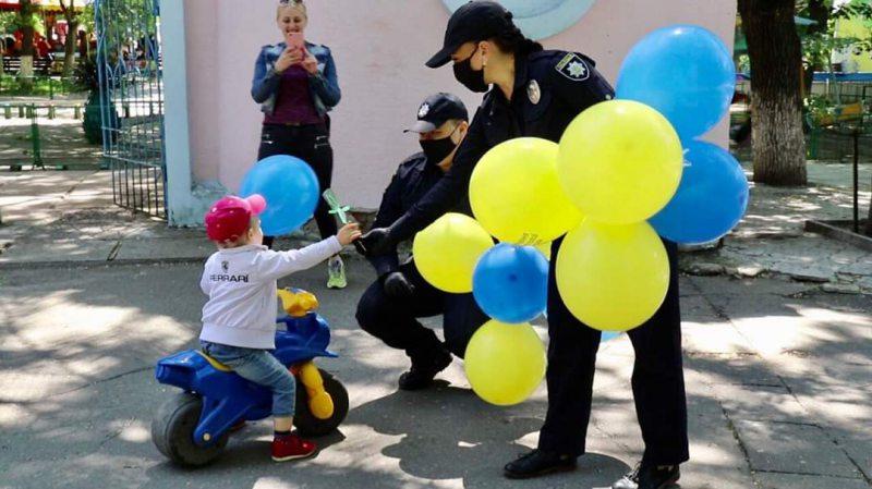 На Херсонщині поліцейські привітали малечу з Міжнародним днем захисту дітей