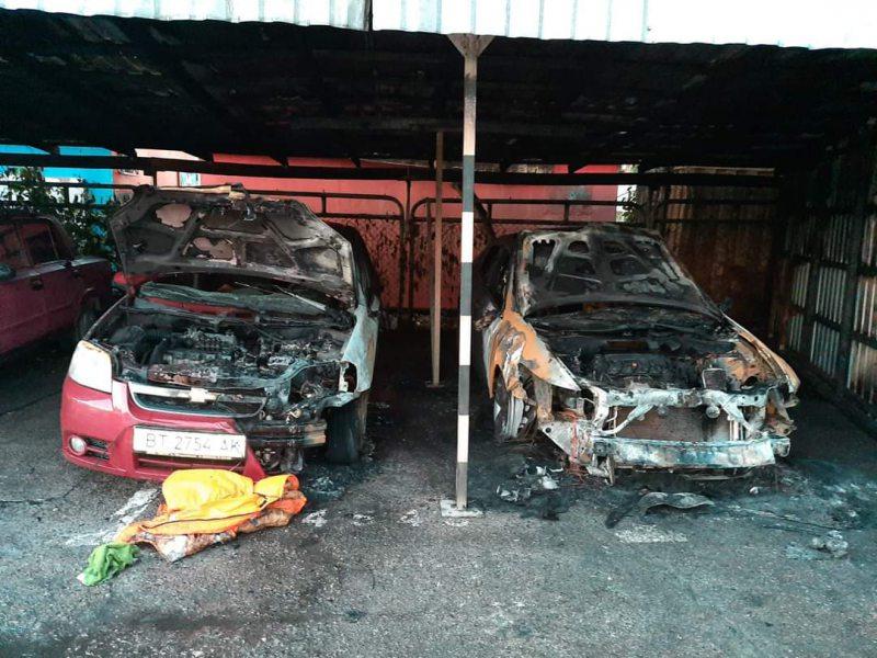 У Херсоні на автостоянці згоріло дві іномарки