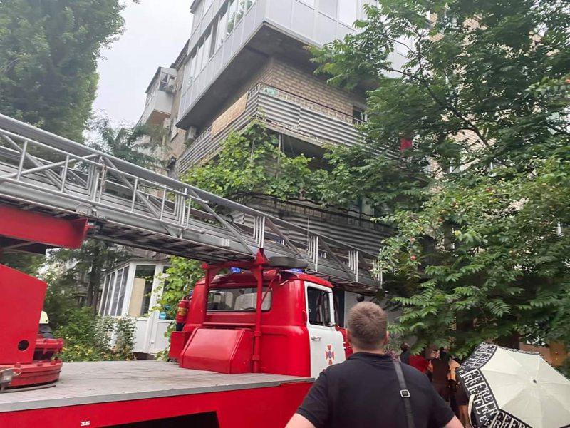 У Херсоні рятувальники зняли дівчинку з карнизу третього поверху багатоповерхівки