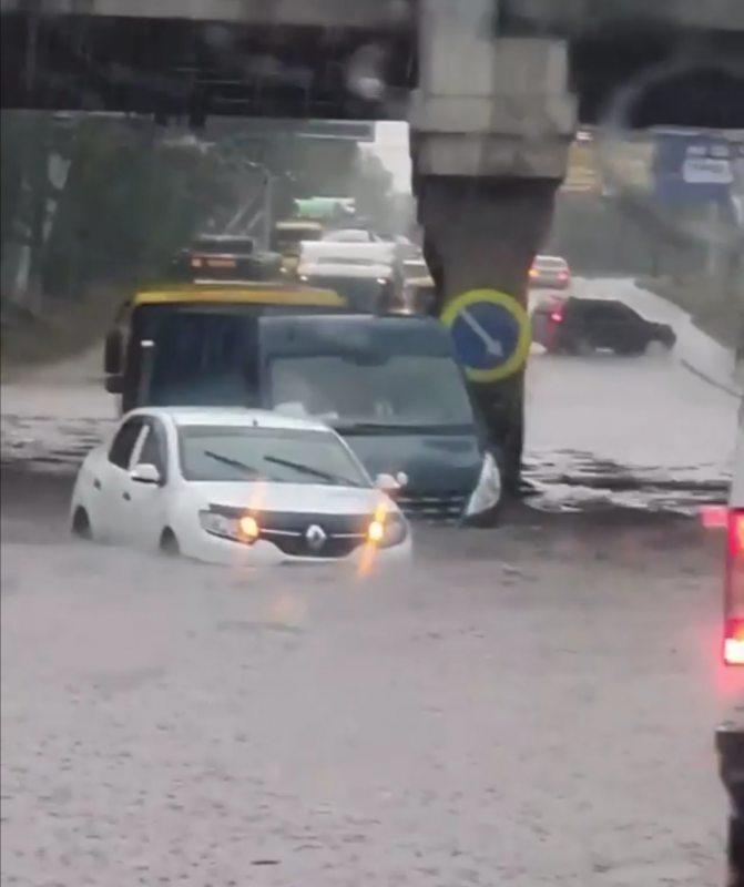 У Херсоні злива спричинила довжелезні затори