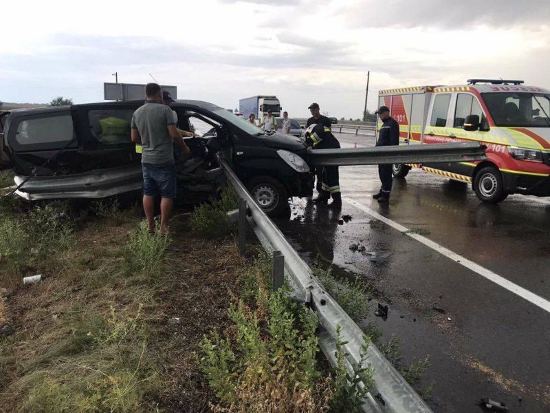 На трасі Херсон-Миколаїв автомобіль врізався у дорожній відбійник, який наскрізь проткнув кабіну