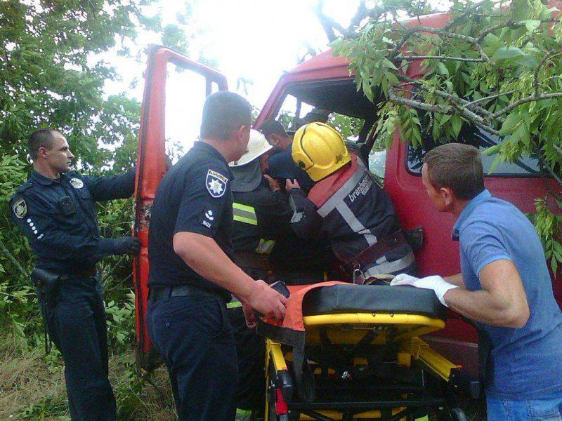 На Херсонщині рятувальники деблокували водія з понівеченого внаслідок ДТП автомобіля
