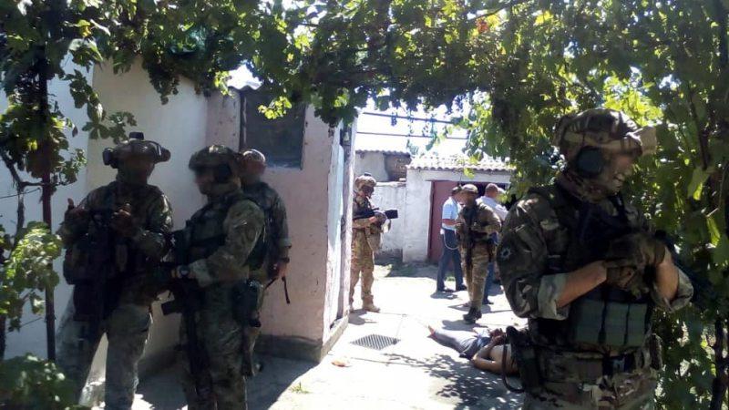 На Херсонщині поліцейські затримали озброєного зловмисника, який здійснював хаотичні постріли та поранив батька