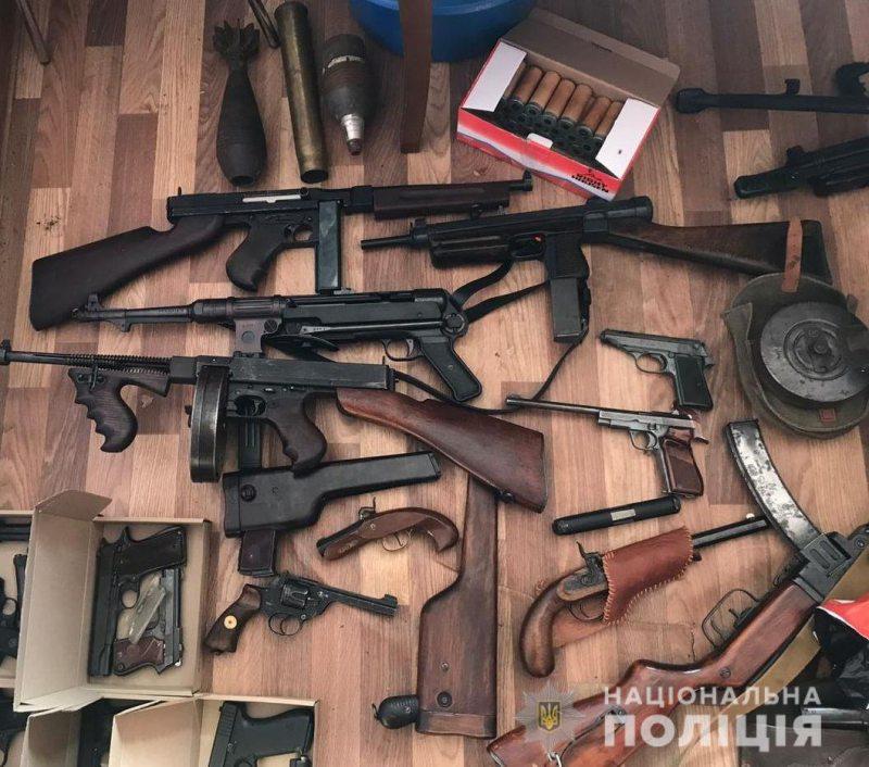 Оперативники вилучили у жителя Херсона арсенал різного виду зброї та боєприпасів