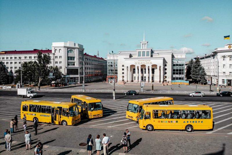 Закладам освіти Херсонщини передали ще чотири шкільні автобуси