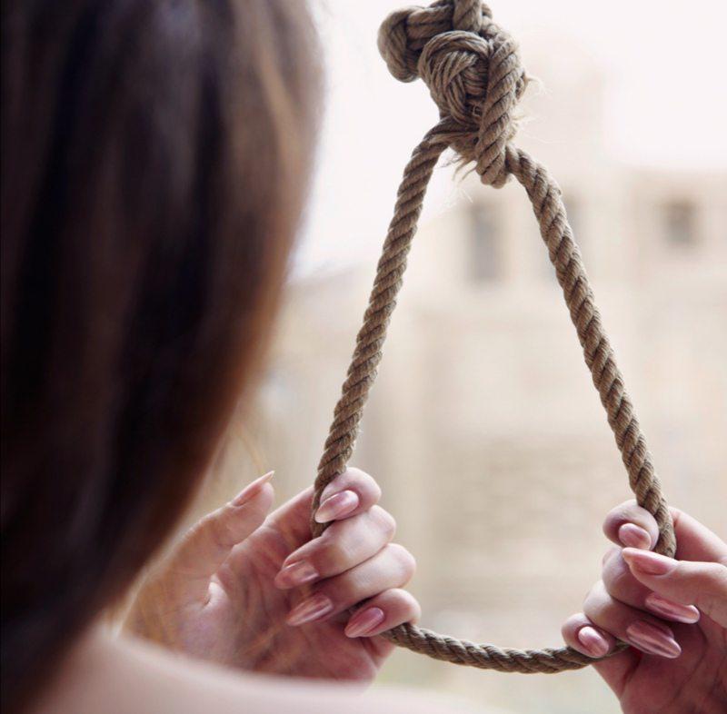На Херсонщині 14-річну дівчину виявили повішаною на балці