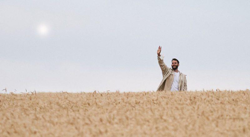 Дизайнер французского бренда Jacquemus представил новую коллекцию L'Amour в пшеничном поле