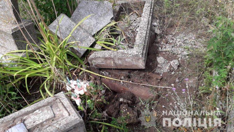 У Великій Лепетисі поліцейські встановили підозрюваного у наругах над могилами