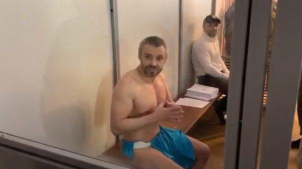 Взяти на поруки голову Херсонської обласної ради Владислава Мангера та Олексія Левіна зголосились четверо людей
