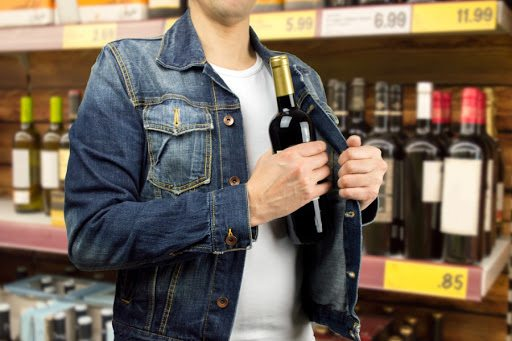 За крадіжку елітного алкоголю з супермаркету мешканець Каховського району отримав 2 роки позбавлення волі