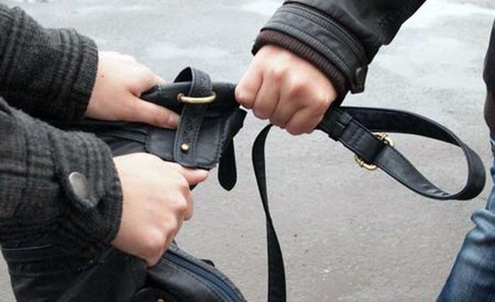 На Херсонщині двоє хлопців на вулиці пограбували пенсіонерку