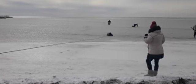 У Скадовську рятувальники витягли із крижаного моря хлопця