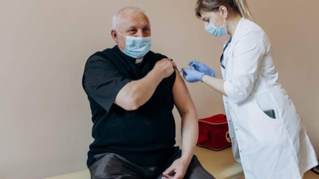 Священнослужителів щеплюватимуть від COVID-19 на 2 етапі вакцинації