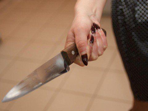 Нетвереза херсонка погрожувала ножем своїй бабусі