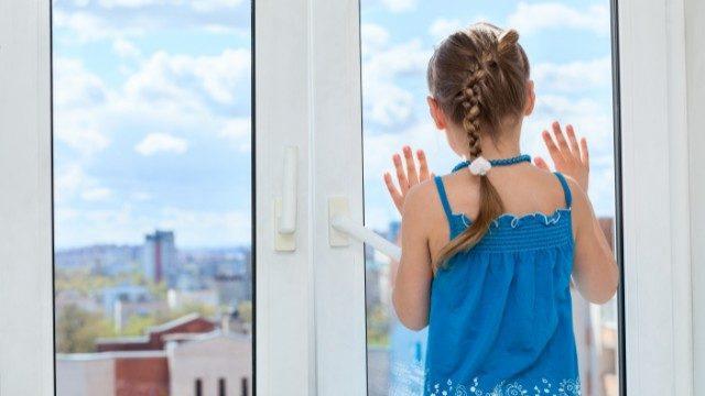 Сиділа на підвіконні та плакала: мати залишила 6-річну доньку саму вдома